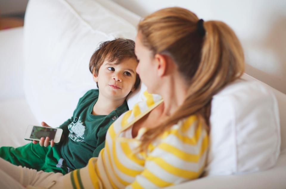 mama siedzi z chłopcem na kanapie, rozmawiają