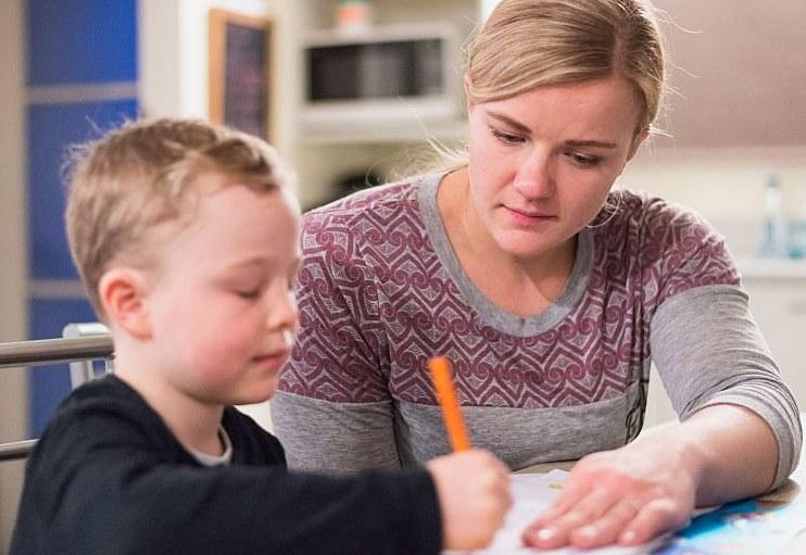 rodzic pomaga dziecku w nauce