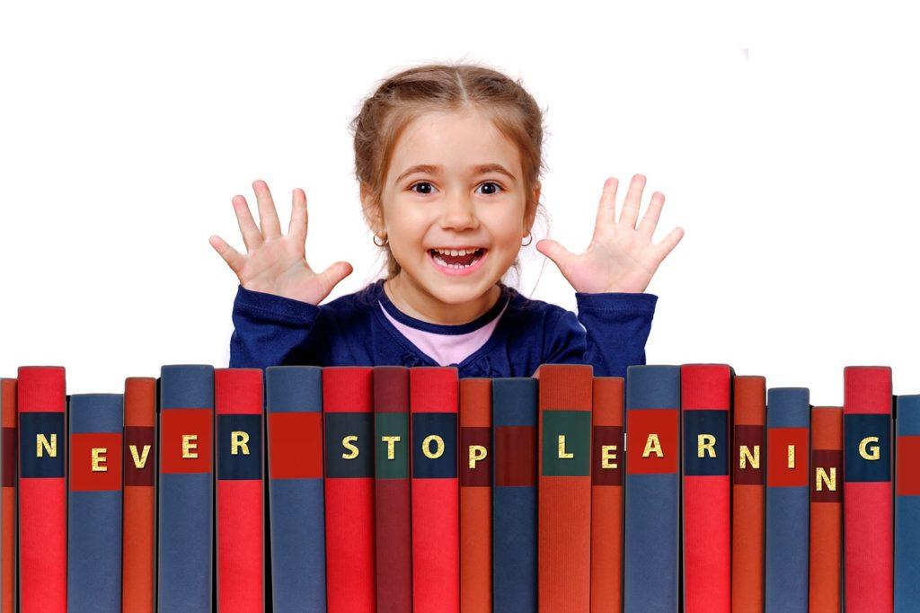 dziewczynka na tle książek