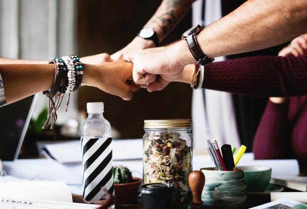 ludzie wykonują gest współpracy tzw