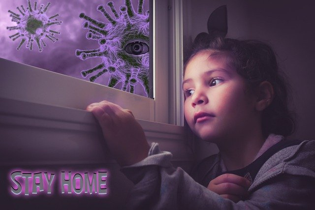 dziewczynka spogląda przez okno za którym krążą wirusy